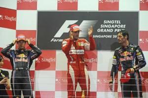Fernando_Alonso__Scuderia_Ferrari_MarlboroRed_Bull_Racing_Sebastian_Vettel_e_Mark_Webber_podio_[800x600]